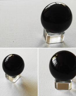 Mustast obsidiaanist kristallkuul